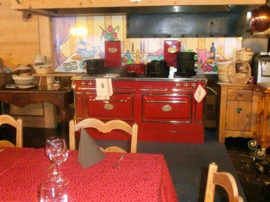 Hotel de la Couronne : decoration dans la salle a manger
