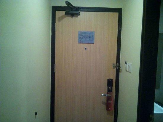 Biz Hotel: Door