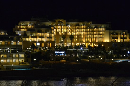 Corinthia Hotel St. George's Bay : Hotel at night