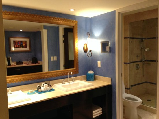 Princess Mundo Imperial : Bathroom and vanity area