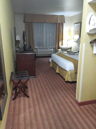 Holiday Inn Express Hotel & Suites Corona: entry to room