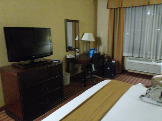 Holiday Inn Express Hotel & Suites Corona : room