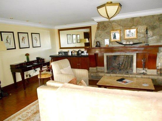 Fairmont Mount Kenya Safari Club: soggiorno della suite