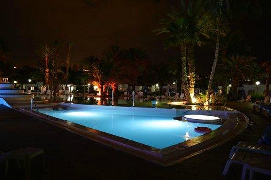 eo Suite Hotel Jardin Dorado: The pool at night