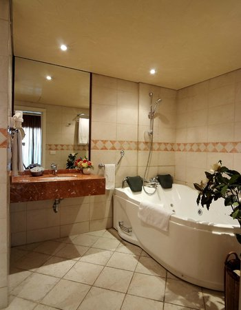 Princessa Hotel: Ambassador Jacuzzi bathroom