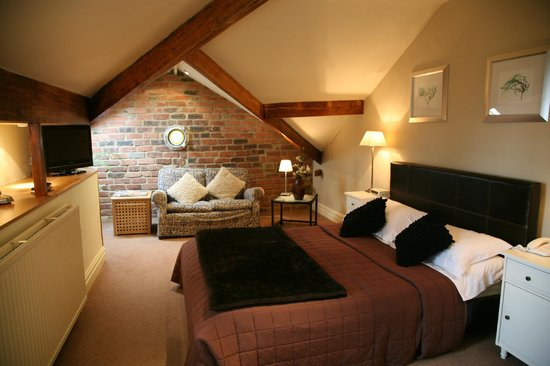 Alexandra Court Guest House: Large Attic Bedroom with seating area