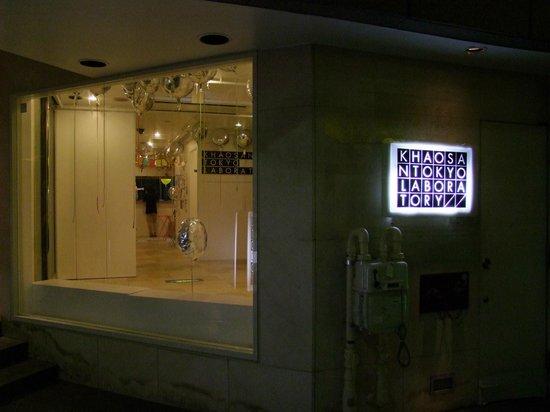 Khaosan Tokyo Laboratory: Recepción del hostal desde el exterior.
