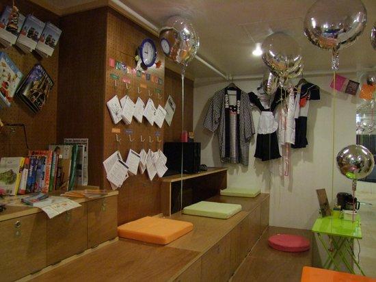 Khaosan Tokyo Laboratory: Zona de la recepción.
