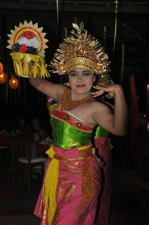 Medewi Bay Retreat: A Balinese night with dancers and meal