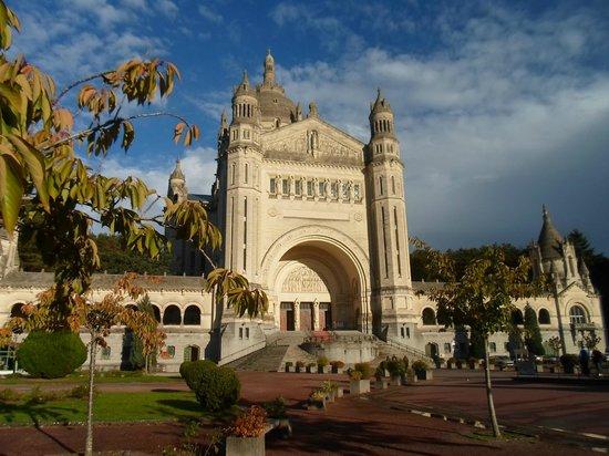 Résidence Goélia Les Portes d'Honfleur : La richesse du patrimoine de la région : Basilique de Lisieux