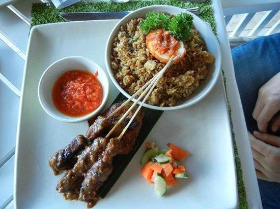 INTERCONTINENTAL Bali Resort: ナシゴレンセット これで1700円くらい。日本だったら800~1300円ですよね(^^;