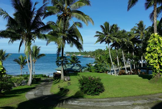 Sinalei Reef Resort & Spa: Idyllic grounds and landscaping right up to the white sand
