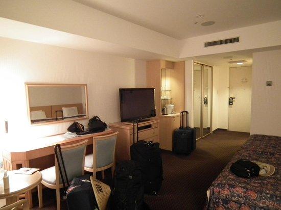 Narita Tobu Hotel Air Port : Amplia habitación triple.