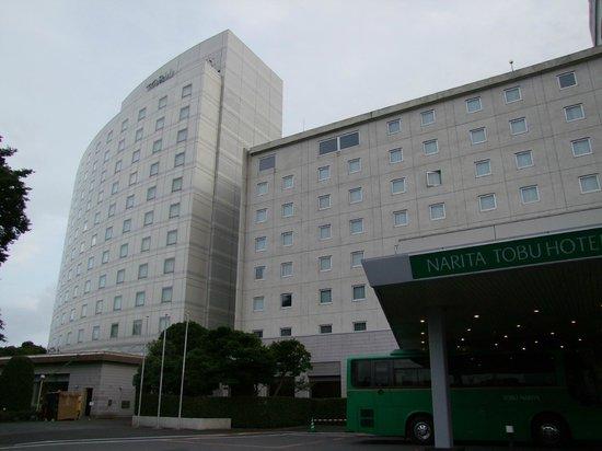 Narita Tobu Hotel Air Port : Entrada del hotel con el shuttle a la puerta.