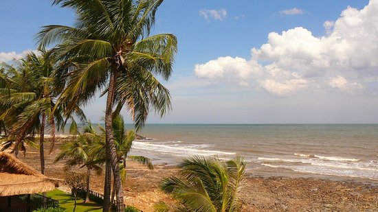 Victoria Phan Thiet Beach Resort & Spa: Plage jolie mais rocailleuse