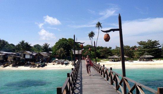 Scuba Junkie Mabul Beach Resort: Left sea gipsies, to the right Scuba Junkie beach