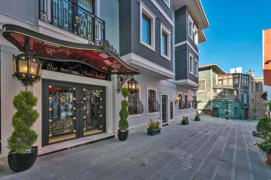 The Million Stone Hotel: Otel girişi