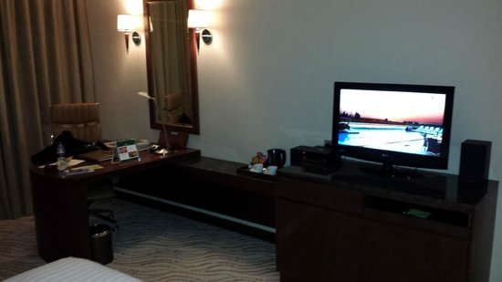 Park Regis Kris Kin Hotel: Room,TV