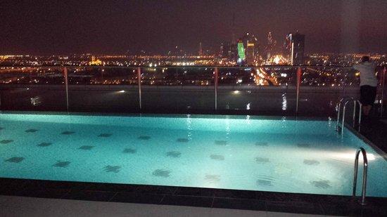 Park Regis Kris Kin Hotel: Top floor pool