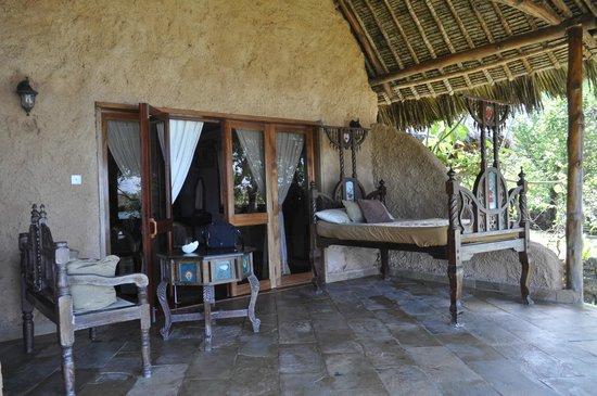 The Sands At Chale Island: Внутренний дворик и патио с видом на море.