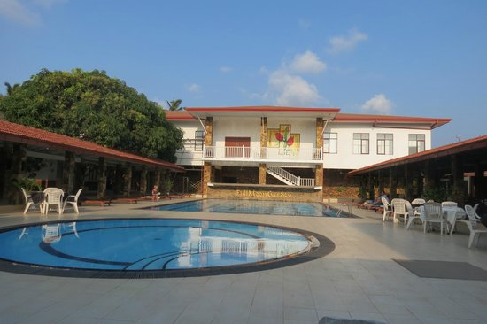 Full Moon Garden Hotel : the pool and courtyard