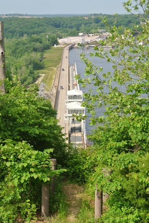 Bagnell Dam: view of the dam from overlook