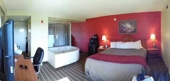 Comfort Inn University Center: King suite with hot tub