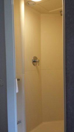 Toilette d 39 une chambre ibis budget photo de ibis budget for Ibis budget douche dans la chambre