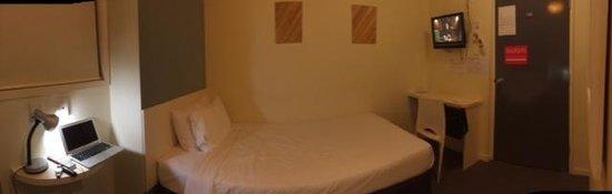 Snooze Inn : Tiny room
