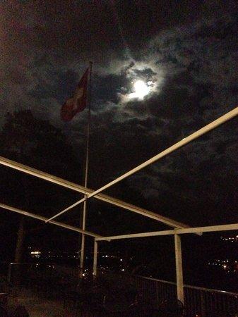 Steiniger Tisch: Bei nacht
