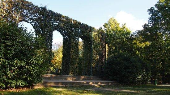 Musée Rodin : Parte de trás do jardim (tem espreguiçadeiras, que não saíram na foto)