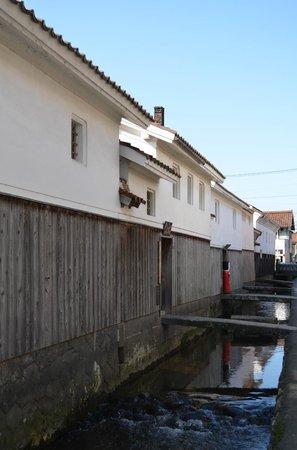 Shirakabe Dozogun Akagawara: 白壁土蔵群