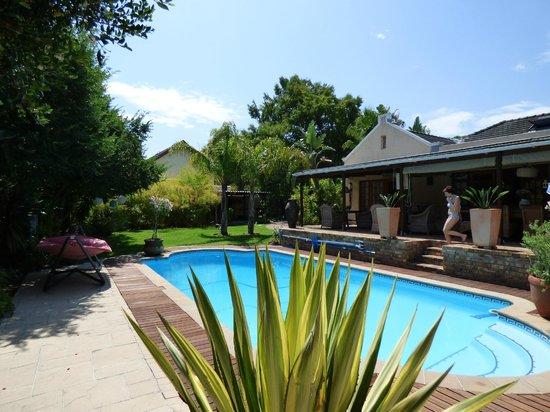 KhashaMongo Guesthouse: Blick vom Pool auf die Anlage