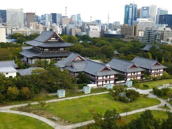 The Prince Park Tower Tokyo: ベランダからの増上寺、その向こうに小さくスカイツリー