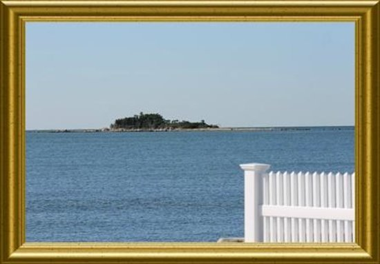 Angels' Watch Inn Bed and Breakfast : West Beach on Long Island Sound is just one and one half block. Free Beach Passes