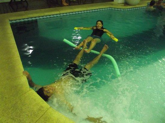 Hotel Alpestre: Piscina dentro do hotel aquecida com hidromassagem