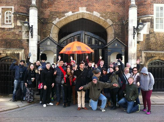 London, UK: Tour group + 2 guards outside St James's Palace