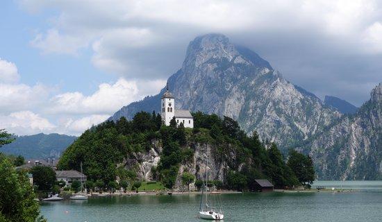 Seehotel Das Traunsee : Blick auf den Traunstein und Klosterkirche