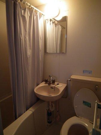 Kurumi Mansion: La minicabina del baño, también cutre.