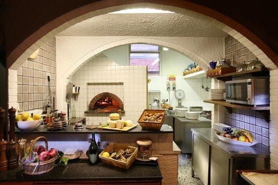 la cucina con forno a legna - Picture of Ristorante da Lorenzo ...