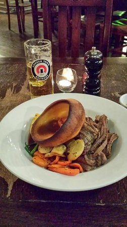 The Queens Arms: Sunday roast - beef brisket, potatoes, veg, and Yorkshire pudding