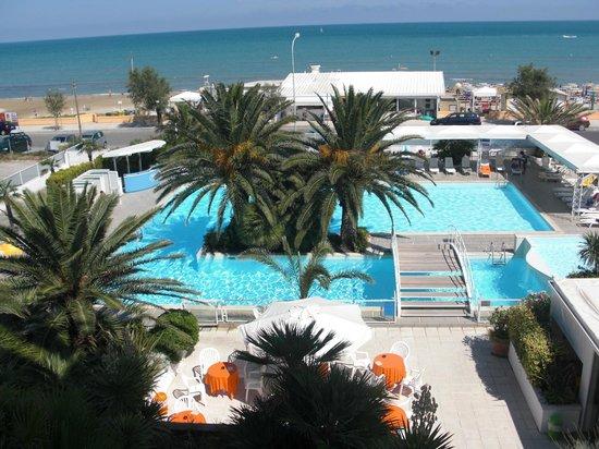 Hotel Metropol: Hotel con due piscine e di fronte al mare