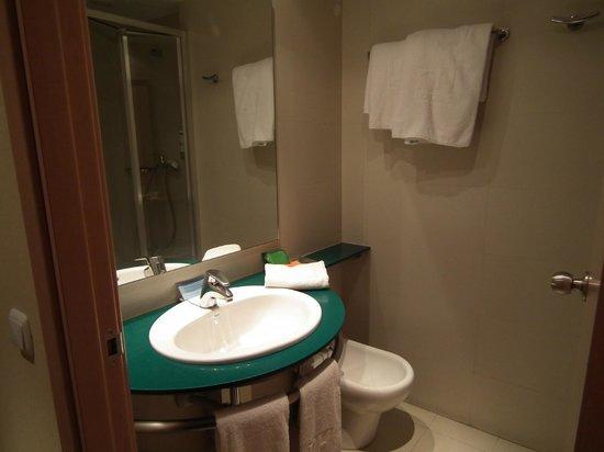 NH Barajas: Baño suficiente y bien equipado.