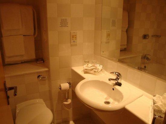 Holiday Inn York: Ensuite bathroom