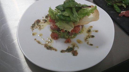 Le J : Tartare de thon, avocat et tomate confite