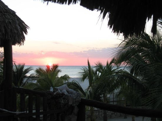 Beach Guesthouse Holbox Apartments & Suites: sunset from the balcony of one of the 2 suites