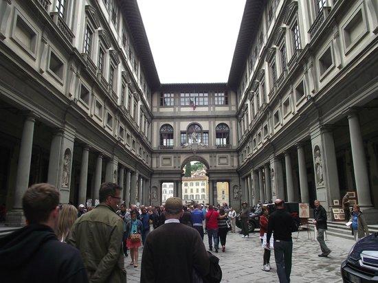 Galerie des Offices : Vista da Galeria degli Uffizi com seus corredores e esculturas nas fachadas