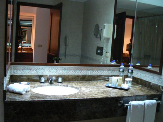 Radisson Hotel & Suites San Isidro : bathroom
