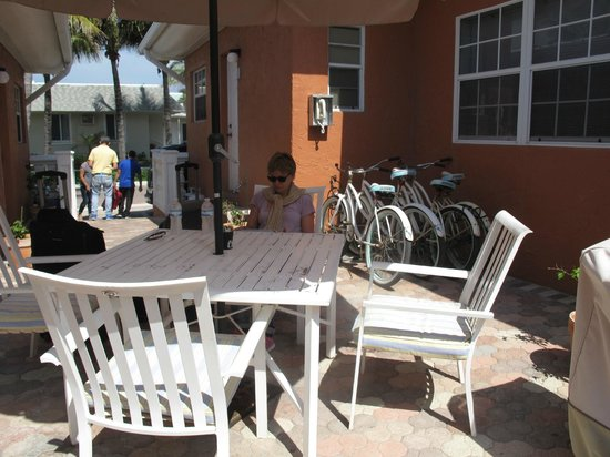 Villa Europa Hotel: Hyggelig patio med stor Gassgril og effektivt Wifi ( virkede også på værelset)