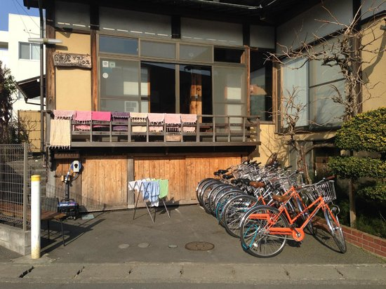 Kamakura Guesthouse: Lovely wooden exterior of the guesthouse